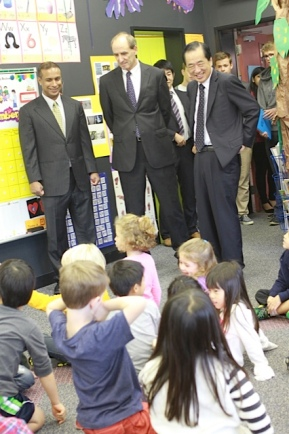 Mr. Kan visits a kindergarten class